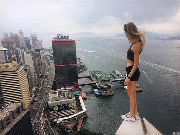 Những pha chụp ảnh thách thức tử thần từ nhà cao tầng của cô gái người Nga