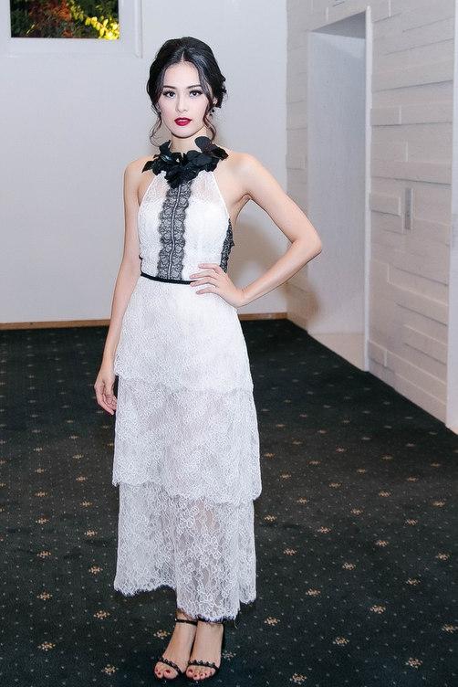 Vẻ ngoài cổ điển, thanh lịch đầy thu hút của nàng Tấm với váy ren cổ yếm.