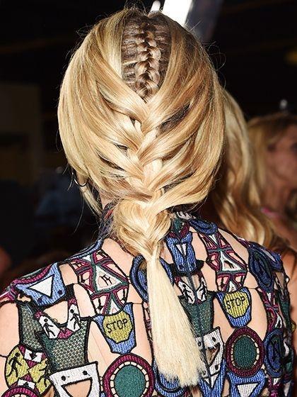 Hoặc thắt tóc theo kiểu bím nhỏ lồng vào bím lớn như này.