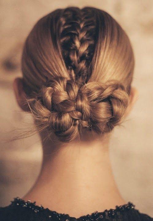 Sau khi tết xong, bạn có thể búi tất cả các bím tóc lại ở phía sau ót để giữ chúng gọn gàng hơn.