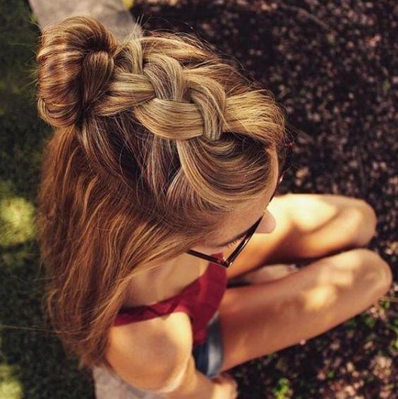 Bạn có thể kết hợp tết tóc và búi tóc để có một phong cách trẻ trung và năng động.