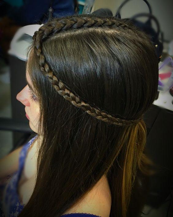 Tết 3 bím tóc nhỏ, sau đó buộc tất cả ở phía sau đầu để tạo phong cáchbô hê miêng đúng chuẩn thôi nào.