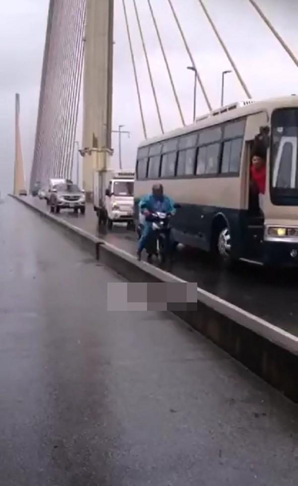Cận cảnh quá trình chắn gió cho xe máy của xe khách. (Ảnh: Cắt từ clip)