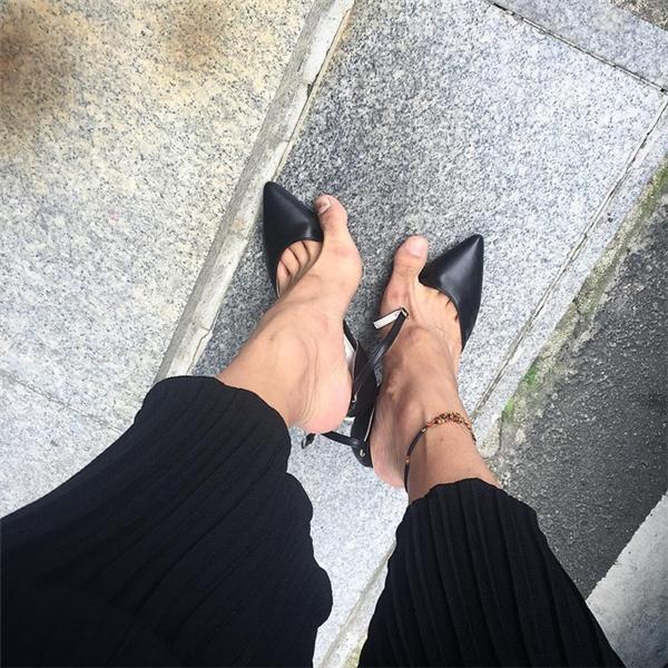Để tổng thể được hoàn chỉnh, chàng trai không ngại xỏ chân vào đôi giày cao gót, nhưng xem chừng lần sau họ nên chuẩn bị một đôi giày vừa chân hơn.