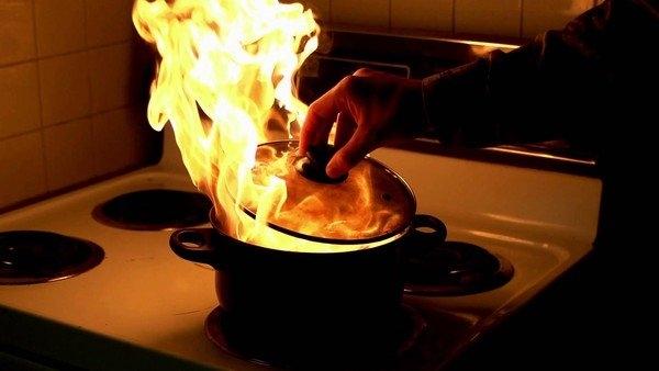 Đừng bao giờ tạt nước vào dầu đang bốc cháy mà hãy dùng nắp đậy lại.