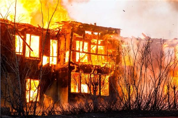 Hãy cố nằm áp sát mặt đất để không bị ngạt khói khi chẳng may gặp cảnh hỏa hoạn.