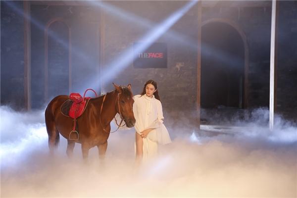 Trong thử thách cá nhân, 5 cô gái thực hiện bộ ảnh với những chú ngựa. Người thị phạm và quyết định kết quả phần thi này chính là Hồ Ngọc Hà. Tinh thần mà cô yêu cầu ở các thí sinh chính là sự mạnh mẽ nhưng vẫn mềm mại, nữ tính, quyến rũ, sang trọng.