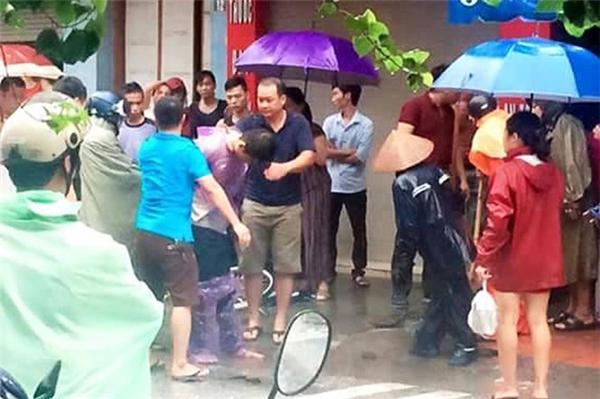 Tri đâm bạn gái nhiều nhát trong mưa bão, sau đó định bỏ trốn nhưng bị người dân bắt giữ. Ảnh: Internet