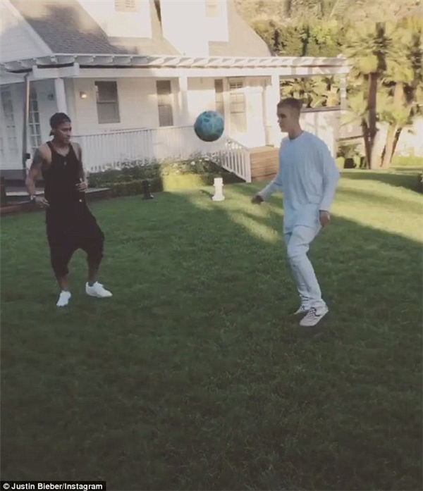 Neymar còn phải khen ngợi Bieber rất có tài và kỹ thuật tốt.