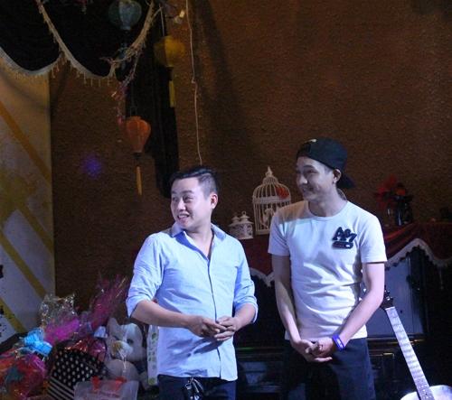 Nhiều thành viên của nhóm hài trẻ XPro và các diễn viên trẻ của sân khấu kịch Hồng Vân cũng có mặt để chúc mừng Tuấn Dũng - Lạc Hoàng Long.