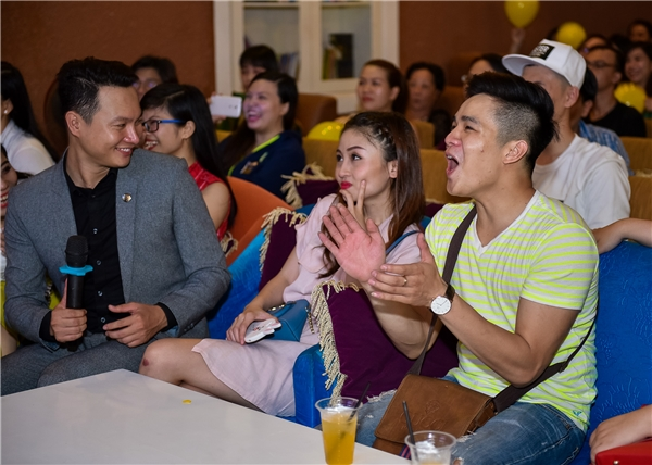 Buổi họp mặtngười hâm mộmở đầu với không khí tràn ngập tiếng cười khi trên màn hình phát video ghi lại hành trình khẳng định dấu ấn của Tuấn Dũng, Hoàng Long trong chương trình Cười xuyên Việt.