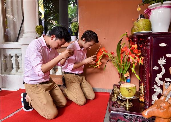 Bộ đôi nghệ sĩ thực hiện nghi thức cúng Tổ nghiệp trước khi buổi họp mặt chính thức diễn ra.