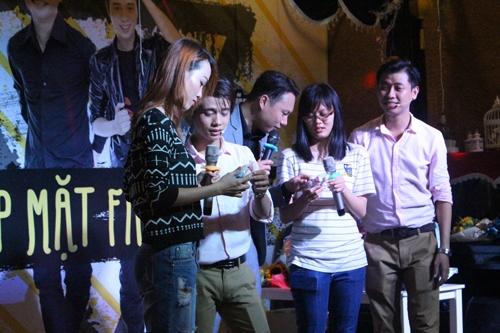 Buổi gặp gỡ kết thúc với màn song ca bài hát Cho bạn cho tôiđầy xúc động của hai chàng diễn viên trẻ.