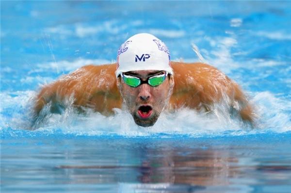 """3. Michael Phelps, kẻ gần như """"bất khả chiến bại"""" tại đường đua xanh cũng để lại những bức hình ấn tượng. Thi đấu xuất sắc, Phelps xuất sắc dành 5 HCV và 1 HCB ở các nội dung khác nhau. Trong ảnh, kình ngư người Mỹ đang tăng tốc ở nội dung bơi bướmnam 200m và sau đó giành HVC thứ 20 tại Olympic."""