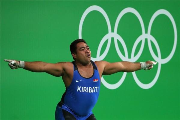"""9. David Katoatau, 32 tuổi đến từ Kiribati có thể xem là VĐV """"tăng động"""" nhất kỳ Olympic 2016. Anh liên tiếp khoe điệu nhảy hài hước dù vượt qua mức tạ 204 kg, hay thất bại ở mức tại 208 kg. Chia sẻ với báo chí về hành động lạ của mình, David cho hay anh muốn hướng sự chú ý của người hâm mộ và truyền thông về ảnh hưởng của biến đổi khí hậu tại quê hương mình."""