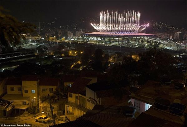 10. Sân vận động Olympic Maracana rực rỡ lung linh bao nhiêu thì khu vực Mangueria Favela lại tồi tàn bấy nhiêu. Bức ảnh là sự nhắc nhở mọi người về tình hình kinh tế, xã hội và khoảng cách giàu nghèo tại Barazil thực sự đáng để quan tâm. Nhiều hình ảnh và video khác cũng cho thấy mảnh đất diễn ra ngày hội thể thao Olympic vẫn còn những vấn đề cần được giải quyết.