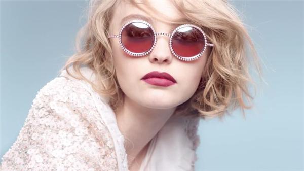 Lily-Rose trong một chiến dịch quảng cáo kính mắt của Chanel.