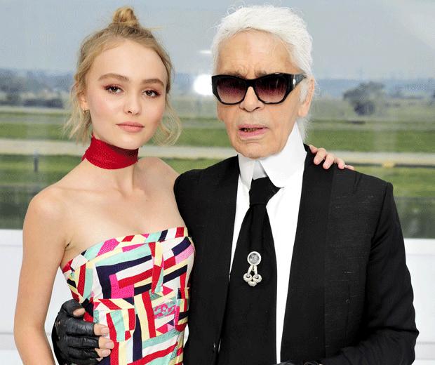 Lily-Rose và ông trùm thời trang Karl Lagerfeld trong lễ ra mắt bộ sưu tập Xuân Hạ 2016 của Chanel.