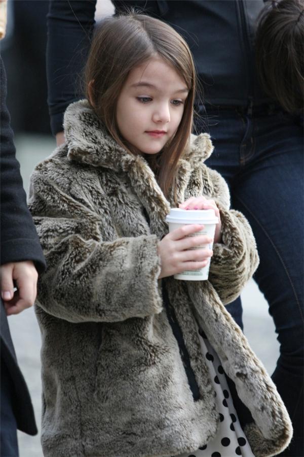 Suri rảo bước trên phố với ly cà phê Starbucks trên tay không khác gì một cô nàng sành điệu.