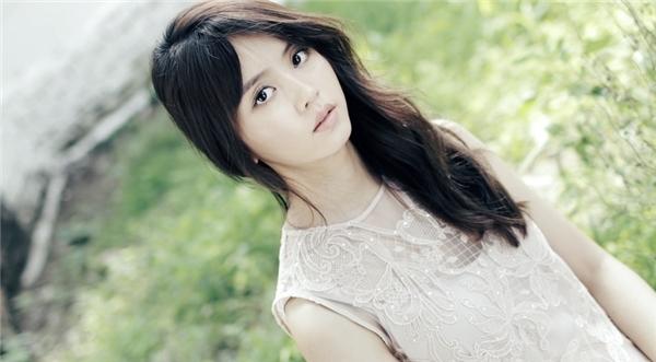 """Bỏ qua hình tượng dịu dàng, nữ tính quen thuộc, Kim So Hyun đang từng bước """"lột xác"""" trở nên trưởng thành, cá tính và quyến rũ hơn."""