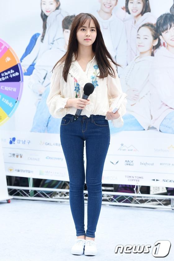 """Mới đây, tham gia sự kiện của một nhãn hàng, Kim So Hyun nhanh chóng thu hút sự chú ý của mọi người nhờ đường hông gợi cảm, đến cả các đàn chị trong nghề cũng phải ao ước. Không chỉ vậy, gương mặt xinh xắn của cô nàng khiến truyền thông cũng phải ngất ngây dành tặng danh hiệu """"búp bê""""."""
