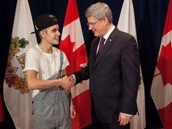 Khi gặp Thủ tướng Canada, Justin Bieber đã ăn mặc xuề xòa nhất có thể với style quần yếm tụt một bên vai, đầu đội mũ ngược.
