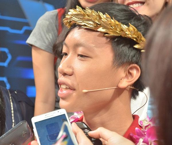 Thí sinh Hồ Đắc Thanh Chương (trường THPT Quốc học Huế) giành được vòng nguyệt quế trong cuộc thi chung kết năm 2016.