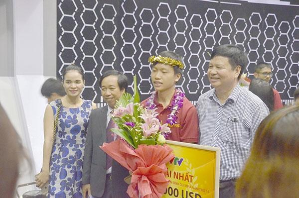 Người thân chụp ảnh và tặng hoa Hồ Đắc Thanh Chương sau cuộc thi.