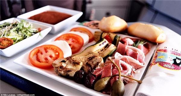 Một lựa chọn của hãng hàng không FlyNiki là món ăn Ý với salad Caprese, rau địa Trung Hải nướng và bánh Tiramisu.