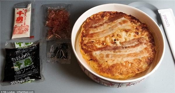 Trong 1 chuyến bay nội địa Nhật Bản của hãng Peach Aviation, họ cho phép mua thức ăn trên máy bay và Loukas đã ăn thử món bánh xèo Nhậtvới 5 loại gia vị khác nhau.