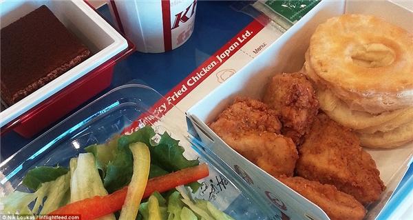 Trong một lần bay củahãng Japan Airline, Loukas đã được phục vụ các loạithức ăn nhanh.