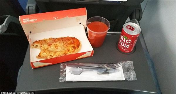 Không phải bữa ăn nào cũng tuyệt vời. Trong chuyến bay từ Paris đến Copenhagen cùng với SAS, thay vì một bữa ăn phong phú như những lần trước đây, Loukas đã có một trải nghiệmthật tồi tệ cùng với món pizza.