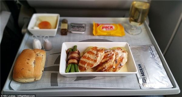 Cũng trên cùng chuyến bay của hãng này, Loukas đã được thử món phi lê gà nướng với xốt gồm khoaitây, hành tây và rượu vang trắng, đậu queăn kèm với gà tây xông khóivà chanh tây.