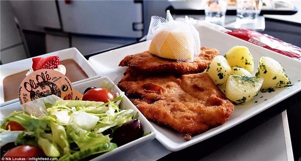 Chỉ với 12 Bảng Anh (tương đương 384 000 VNĐ),Nik Loukas đã có ngay món gà và bít tết bò rán ăn kèm với khoai tây ướp ngòtây và salad, ngoài ra phần ăn còn có thêm món tráng miệng là bánh mousse sô cô la.