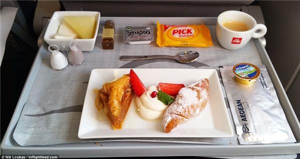 Để kết thúc bữa ăn, Loukas đã gọicác loại bánh ngọt Hy Lạp cùng với cà phê IIIy.