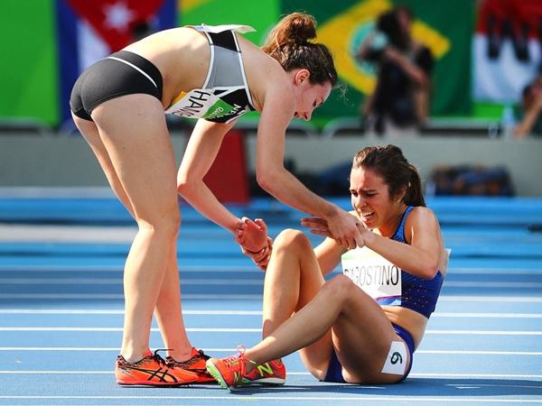 Nikki Hamblin (trái), vận động viên ngườiNew Zealand dừng lại trong cuộc đua để giúp đỡđối thủ cạnh tranh Abbey D'Agostino đến từHoa Kỳ sau khi D'Agostino bị chấn thương.