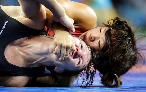Anastasija Grigorjeva Latvia (trái) và Risako Kawai (Nhật Bản) đang giằng co với nhautrong loạtđấu vật tự do63kg nữ.