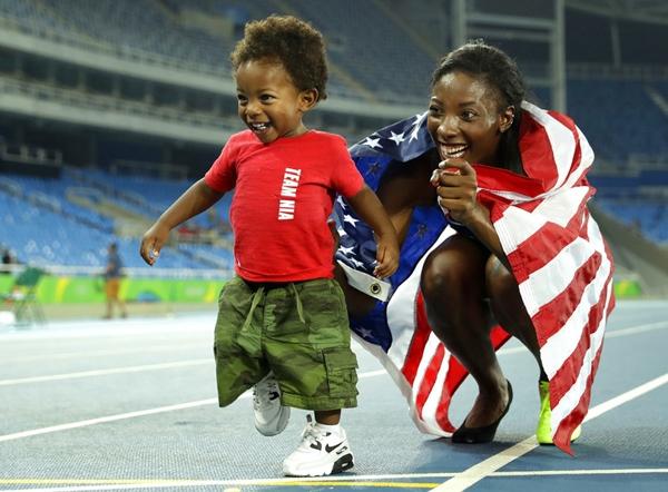 Nia Ali, vận động viên người Hoa Kỳ, ăn mừng với cậu con traiTitus 15 tháng tuổi sau khi cô giành được huy chương bạc cho nội dung chạy 100m vượt rào nữ.