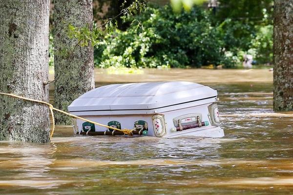 Một chiếcquan tài đang trôi nổi trên mặt nước tạiAscension Parish, Louisiana sau cơn mưa lớn.