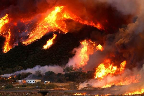 Gió lớn thổi bùng đám cháy, đốt cả một ngọn đồi ở hạtSan Bernardino, bang California.