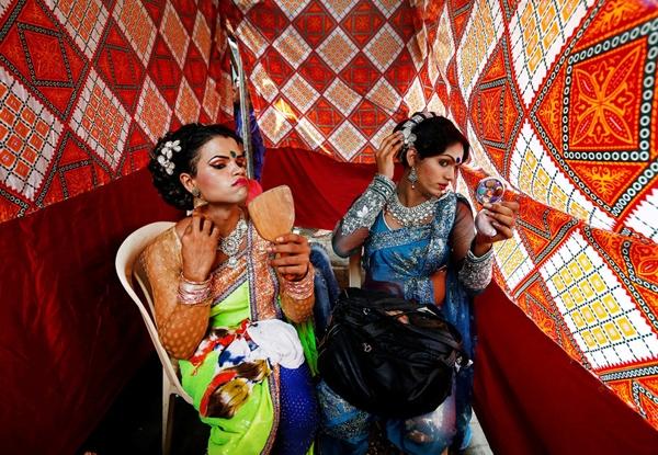 Những người chủ trì buổi lễđang trang điểm trước lễ kỉ niệm Raksha Bandhan tại một khu đèn đỏ ở Mumbai.