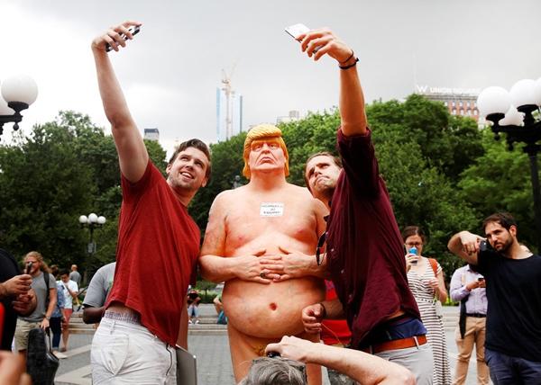 Mọi người selfievới bức tượng khỏa thân của ứng cử viên tổng thống Donald Trumpcủađảng Cộng hòa, đang được đặt tại công viênQuảng Trường Thống Nhấtở thành phố New York.
