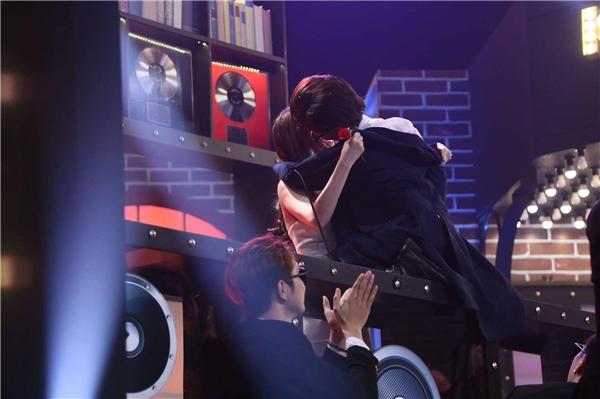 """Sĩ Thanh bất ngờ """"cưỡng hôn"""" Ngọc Trinh ngay trên sân khấu khiến khán giả phấn khích. - Tin sao Viet - Tin tuc sao Viet - Scandal sao Viet - Tin tuc cua Sao - Tin cua Sao"""