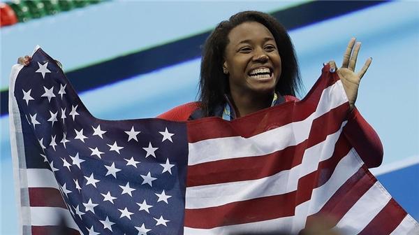 Cô còn mang về 4 huy chương cho nước Mỹ.(Ảnh: Internet)
