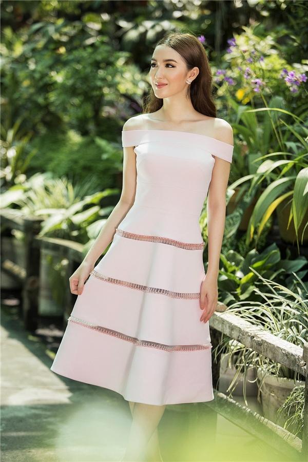 Ngọc Loan như nàng công chúa bước ra từ thế giới cổ tích huyền diện với thiết kế trễ vai màu hồng pastel ngọt ngào hợp xu hướng. Với tư duy thẩm mĩ hiện đại, Đỗ Long liên tục thể hiện sự biến hóa đa dạng với gam màu đang làm mưa làm gió trong mùa thời trang Xuân - Hè năm nay.