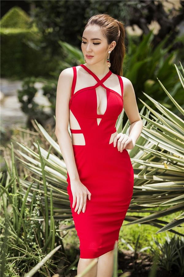 """Ngọc Loan hóa thân thành """"nàng thơ"""" gợi cảm của Đỗ Long trong thiết kế màu đỏ nổi bật kết hợp những đường cắt khoét ở thắt eo, ngực váy."""