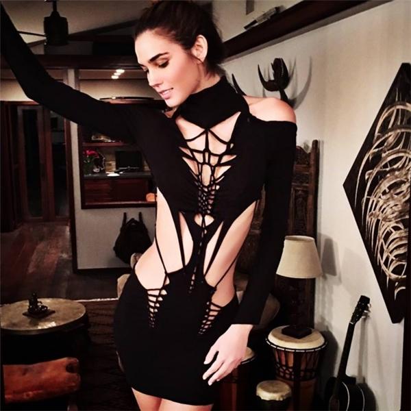 Nếu bạn thích đầm dạ hội đen mà lại sợ nhàm chán hình tượng thì hãy nhờ đến bàn tay của Saaks, chắc chắn bạn sẽ nổi nhất đêm vũ hội.