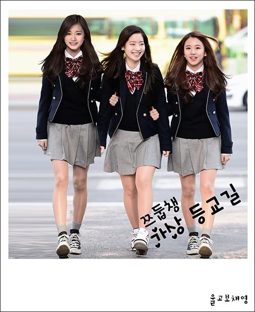 3 thành viên nhỏ tuổi nhất của Twicedắt tay nhau đến trường.