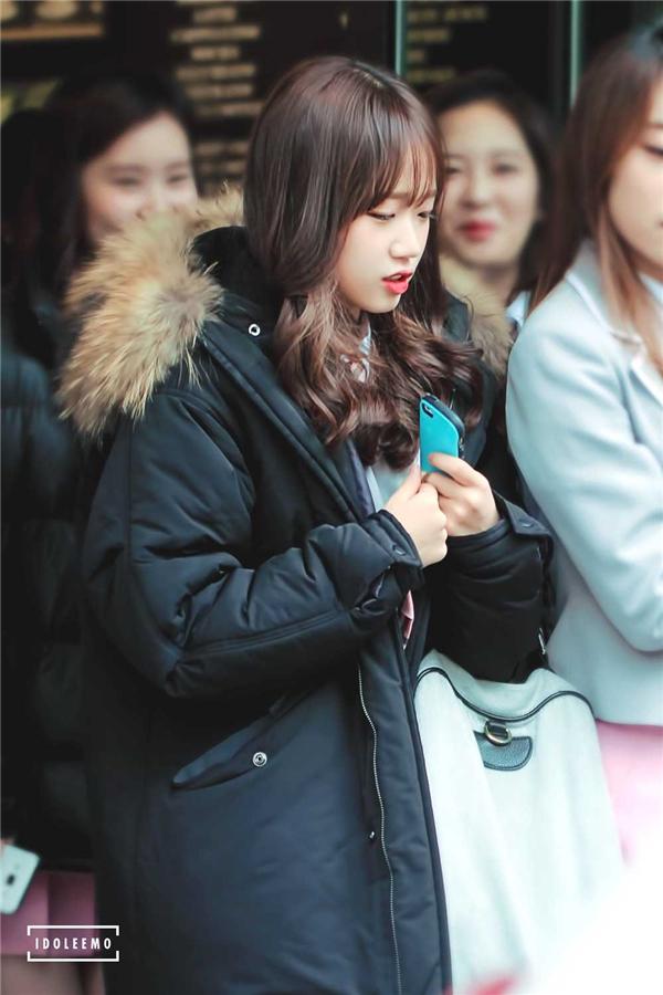 Yoo Jung đáng yêu đang đợi xe buýt.