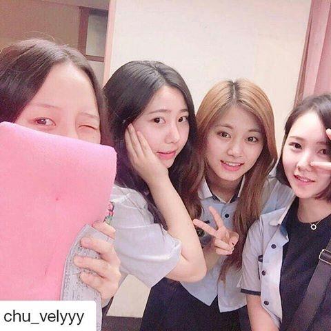 Xúng xính selfie bên cạnh các cô bạn cùng lớp.